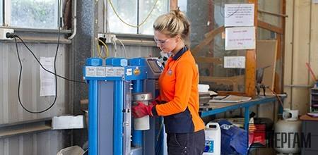 Девушка измеряет прочность бетона