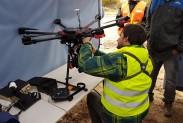 Паоло крепит детектор метана на дрон