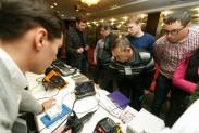 Посетители мастер-класса знакомятся с оборудованием на мини-стенде Пергам