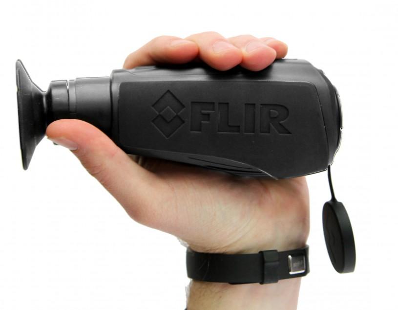 Тепловизор FLIR LS XR удобно лежит в руке