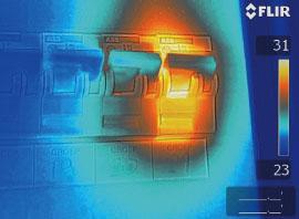 ИК-изображение того же предохранителя с использованием функции MSX. Видно текст ниже предохранителя, что упрощает ремонт нужного предохранителя на более поздней стадии.